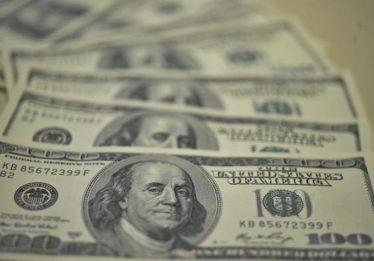 Dólar recua com ampliação da oferta de hedge pelo BC