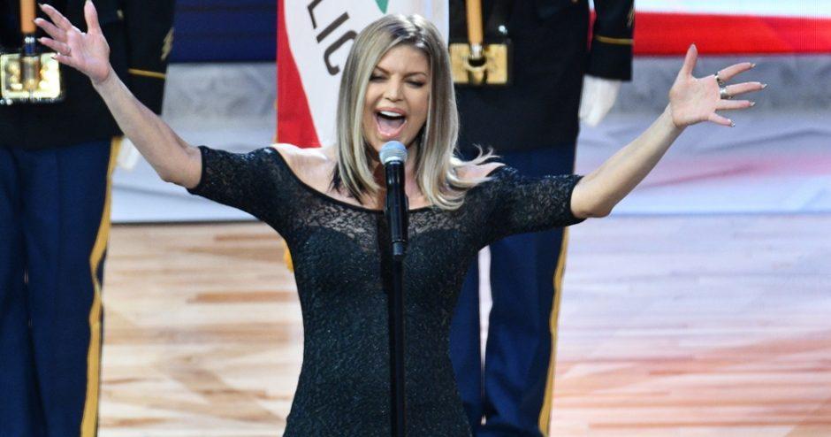 Fergie pede desculpa por interpretação desastrosa do hino americano. Veja o vídeo