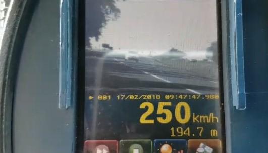 """Três homens são presos por disputarem """"racha"""" na BR-153, em Morrinhos"""
