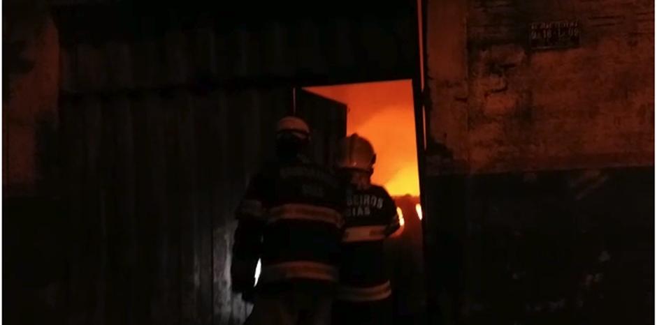 Oficina mecânica fica totalmente destruída após incêndio na Vila Mauá, em Goiânia