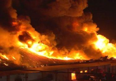 Incêndio de grande proporção destrói parte de loja no interior de SP