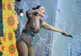 Ivete Sangalo ajuda produção a limpar palco na gravação do 'Show da Virada'