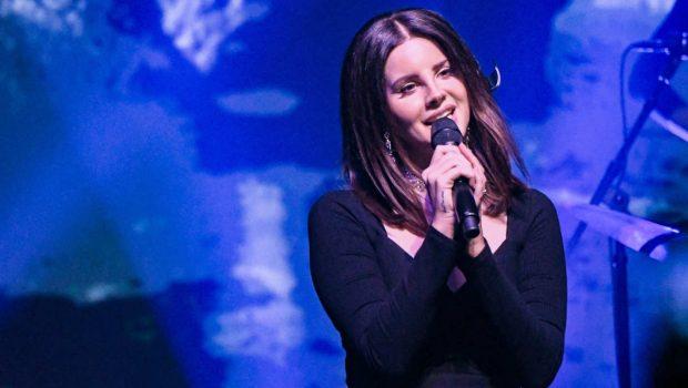 Lana Del Rey aparece em karaokê de supresa e canta com fãs