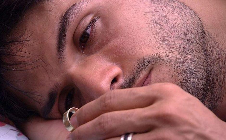 BBB 18: Lucas chora com aliança nas mãos e é consolado por Jéssica