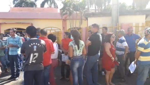 Servidores protestam contra salários atrasados na Prefeitura de Niquelândia (GO)
