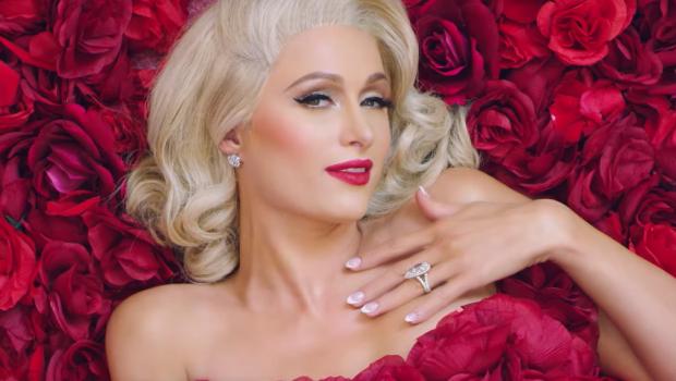 Toda romântica, Paris Hilton lança música nova, 'I Need You'