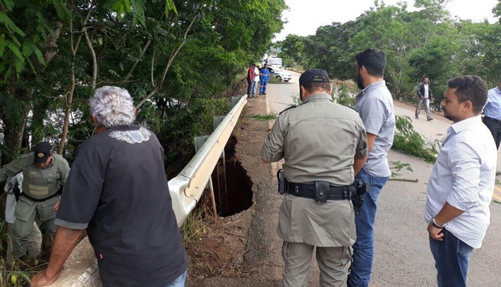 Ponte sobre o Rio dos Bois, em Alto Horizonte, é interditada após asfalto ceder