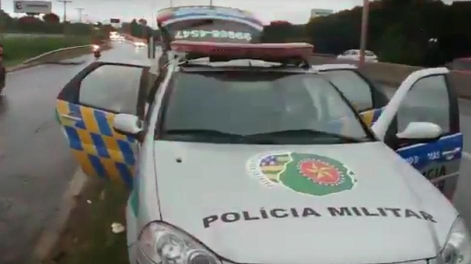 Viatura da PM é atingida por tiro durante perseguição na BR-153; assista ao vídeo
