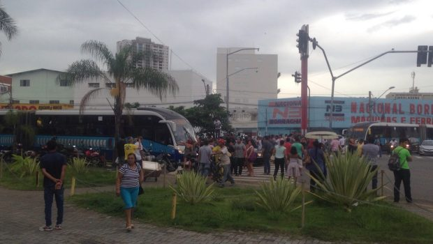 Ambulantes protestam no Terminal Praça A, em Goiânia
