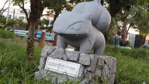 Praça amanhece com estátua de Pokémon, em São Paulo