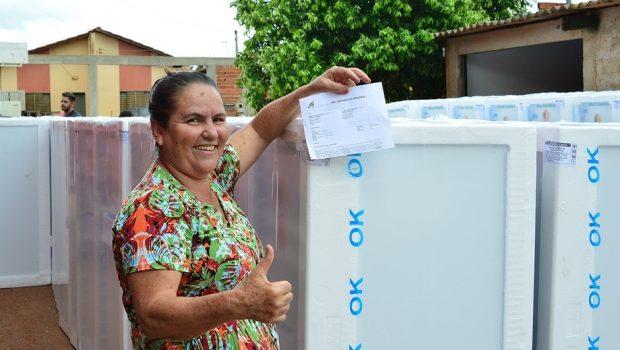 Enel Distribuição troca geladeiras de casais em situação de vulnerabilidade social em Trindade