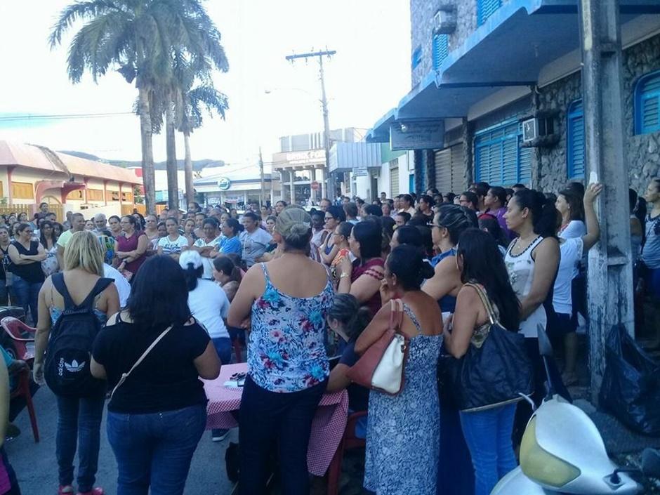 Professores de Niquelândia acampam em frente à prefeitura para cobrar salários atrasados