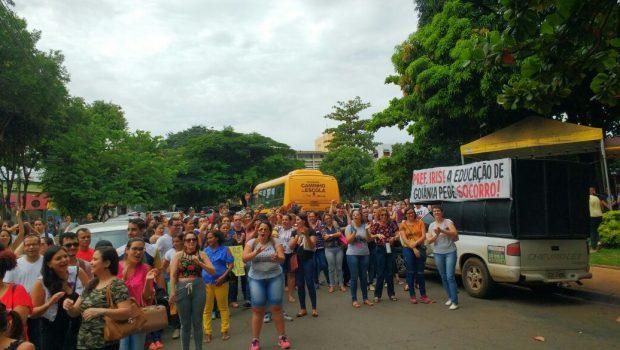 Servidores municipais da educação de Goiânia protestam por pagamento de adicional de 30%