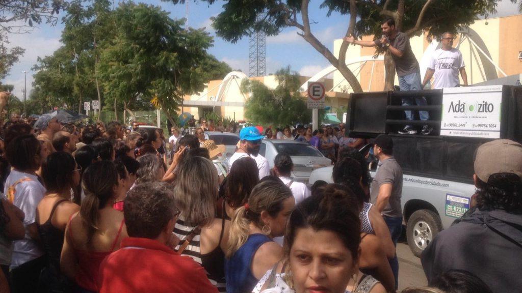 Servidores da Educação fazem manifestação em Aparecida de Goiânia