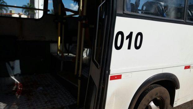 Jovem é baleada durante assalto dentro de ônibus na BR-040, em Valparaíso