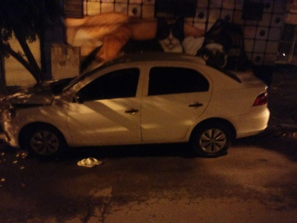 Homem tenta fugir da polícia, mas bate o carro e acaba preso, em Goiânia