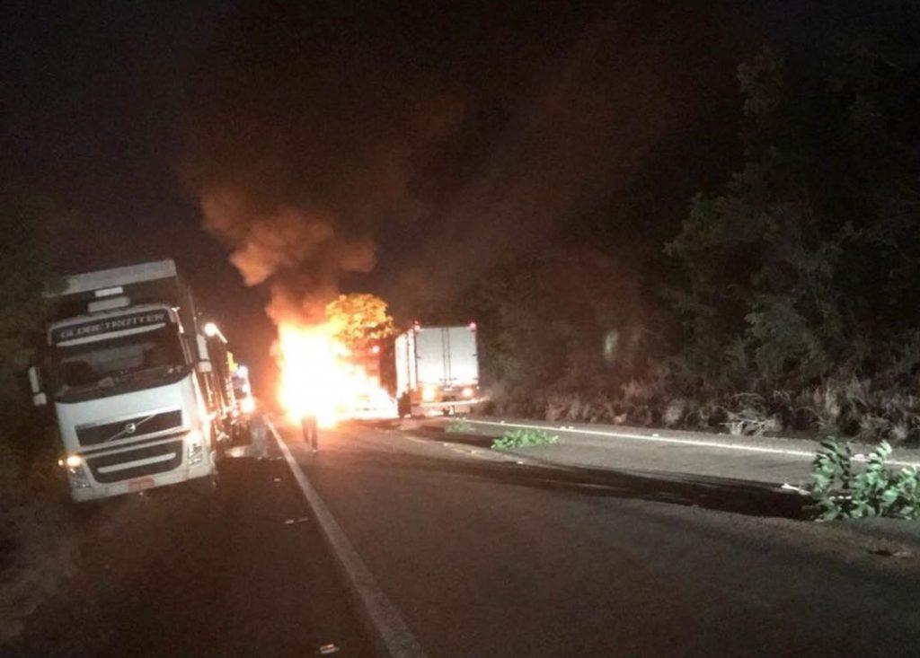 Caminhão carregado com 50 bois pega fogo na GO-164, em Mozarlândia