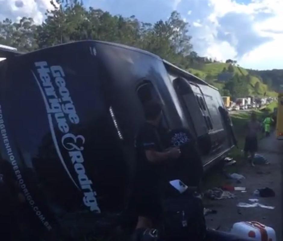 Ônibus da dupla George Henrique e Rodrigo tomba na rodovia Régis Bittencourt, em São Paulo