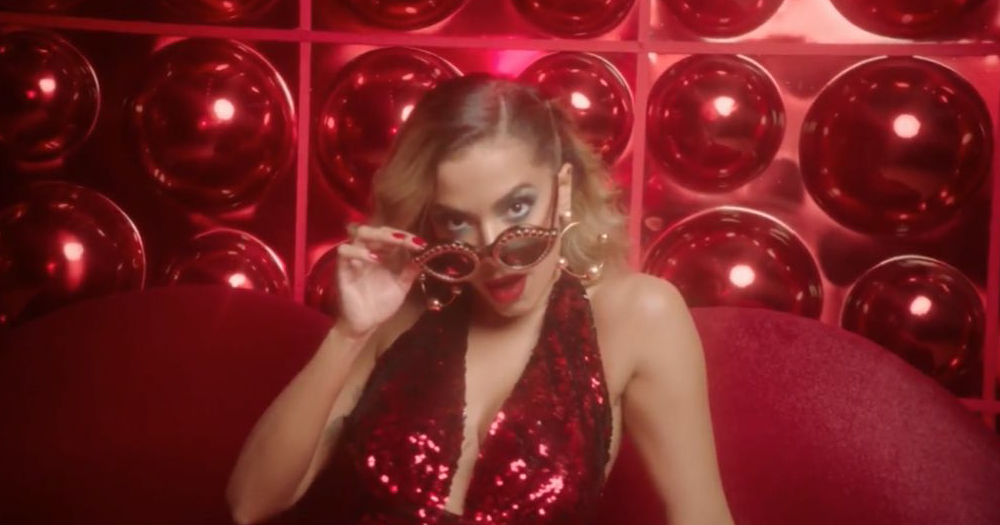 Anitta lança clipe caseiro e decepciona fãs por atraso e produção precária