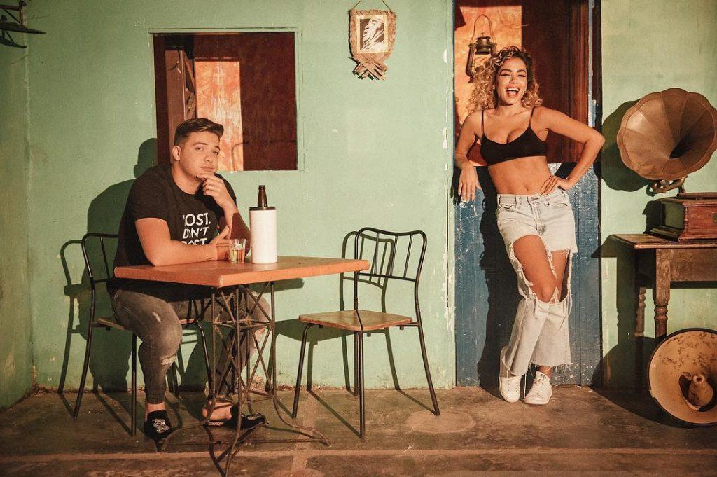 De cabelo cacheado, Anitta grava clipe com Wesley Safadão