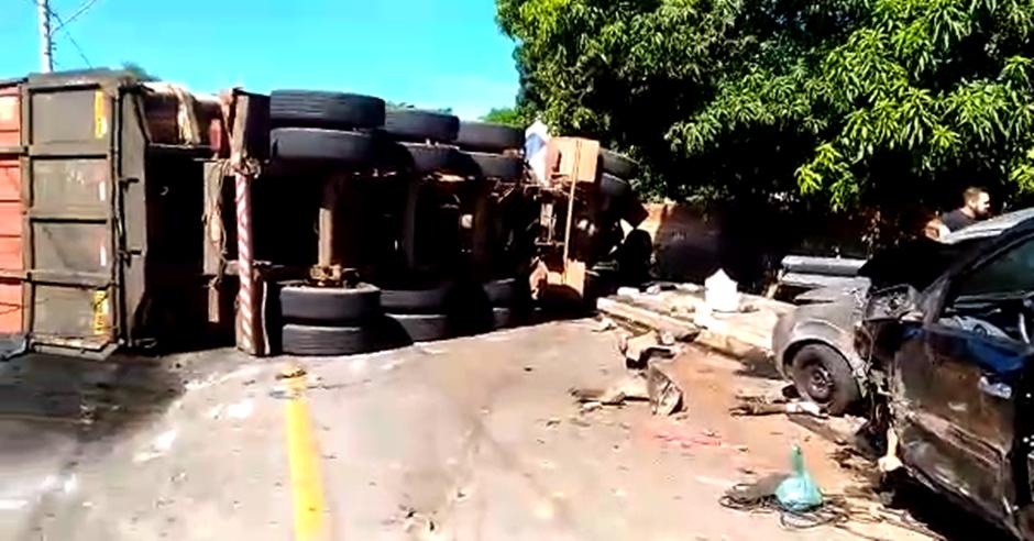 Caminhão colide com oito veículos e tomba, na Avenida Leste Oeste, em Goiânia