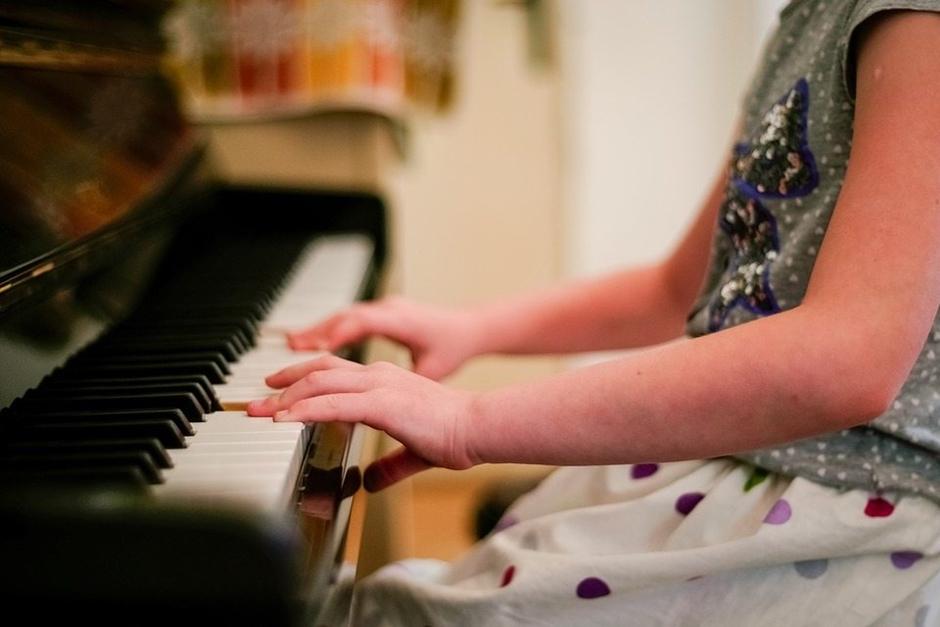 Elogiar talento de criança pode contribuir para seu fracasso, diz experimento