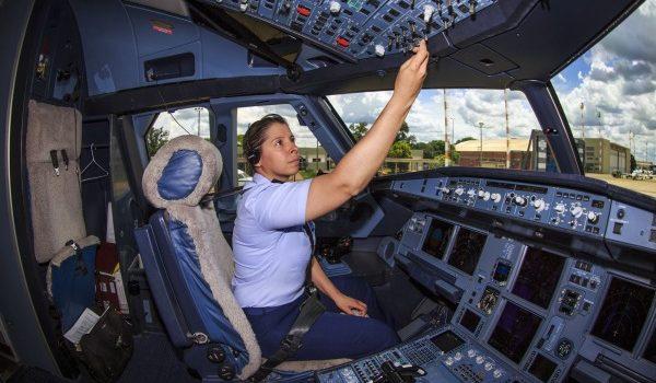 Número de mulheres que pilotam aeronaves no Brasil cresceu 106% em 2 anos