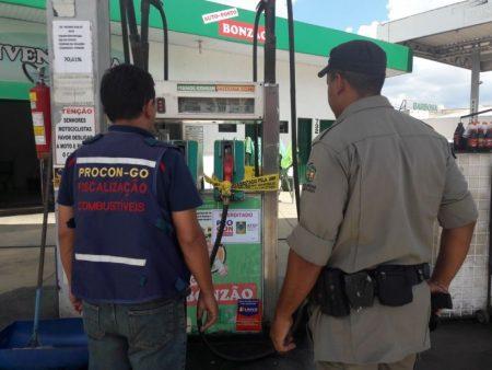 Duas bombas de gasolina são interditadas em posto de combustível, em Goiânia