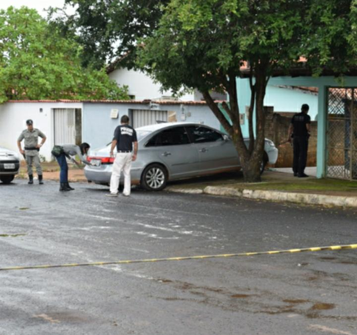 Homem tenta tirar carro de garagem e acaba atropelando filho da namorada