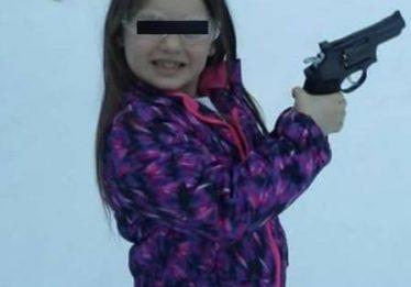 Americano arma filha de 8 anos com revólver para ela se defender em sala de aula