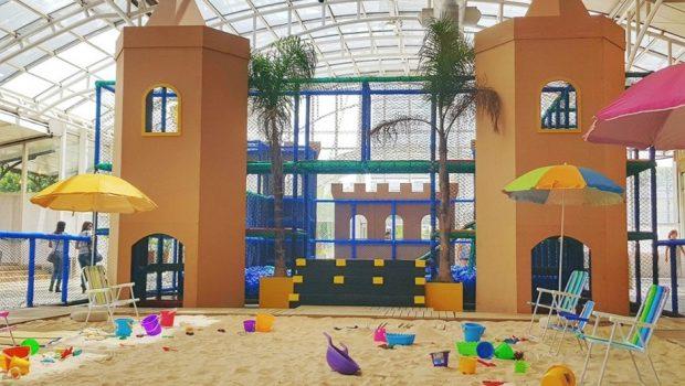Shopping oferece praia com areia natural para crianças, em Goiânia