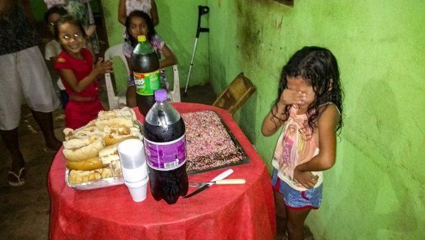 No Amapá, garota de 7 de anos se emociona em 1ª festa de aniversário e viraliza na web