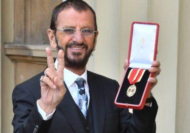 Ringo Starr, dos Beatles, é nomeado cavaleiro do Império Britânico
