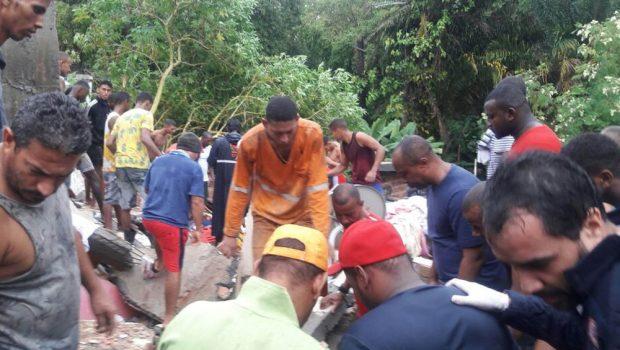 Prédio desaba, mata criança e deixa moradores soterrados em Salvador
