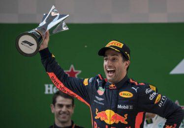 Ricciardo dá show e vence GP da China de Fórmula 1. Vettel é atingido por Verstappen e chega em 8º