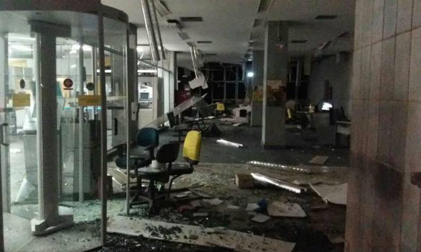 Bando explode bancos, queima ônibus e foge com joias e dinheiro em Minas