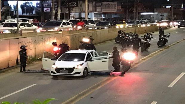 Após trocarem tiros com a PM, dois ladrões de carros são presos no viaduto da T-63
