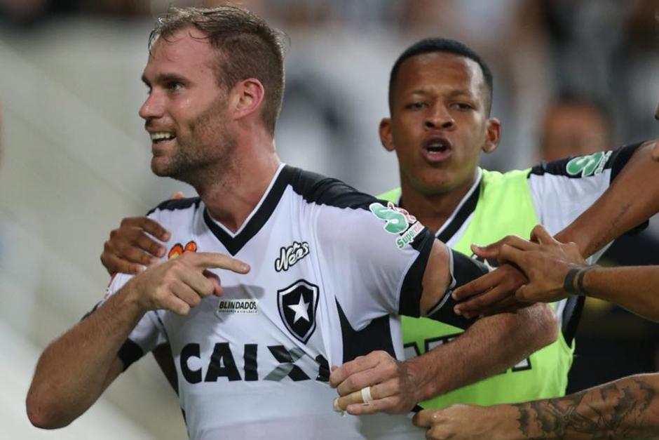 Botafogo marca nos acréscimos, bate Vasco nos pênaltis e é campeão