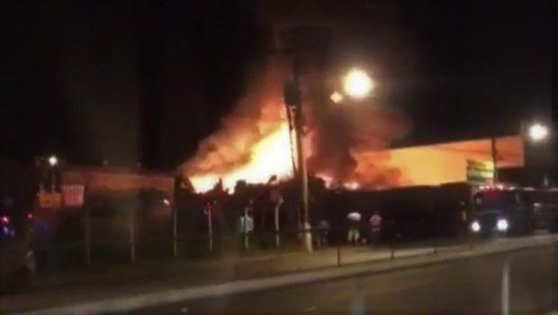Bombeiros combatem incêndio em borracharia na Avenida Anhanguera, em Goiânia
