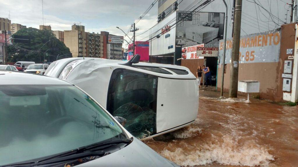 Forte chuva causa transtornos na tarde desta quinta-feira, em Goiânia