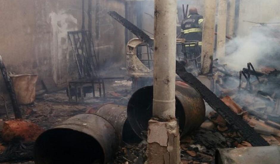 Fábrica de Acrílico pega fogo em Aparecida de Goiânia