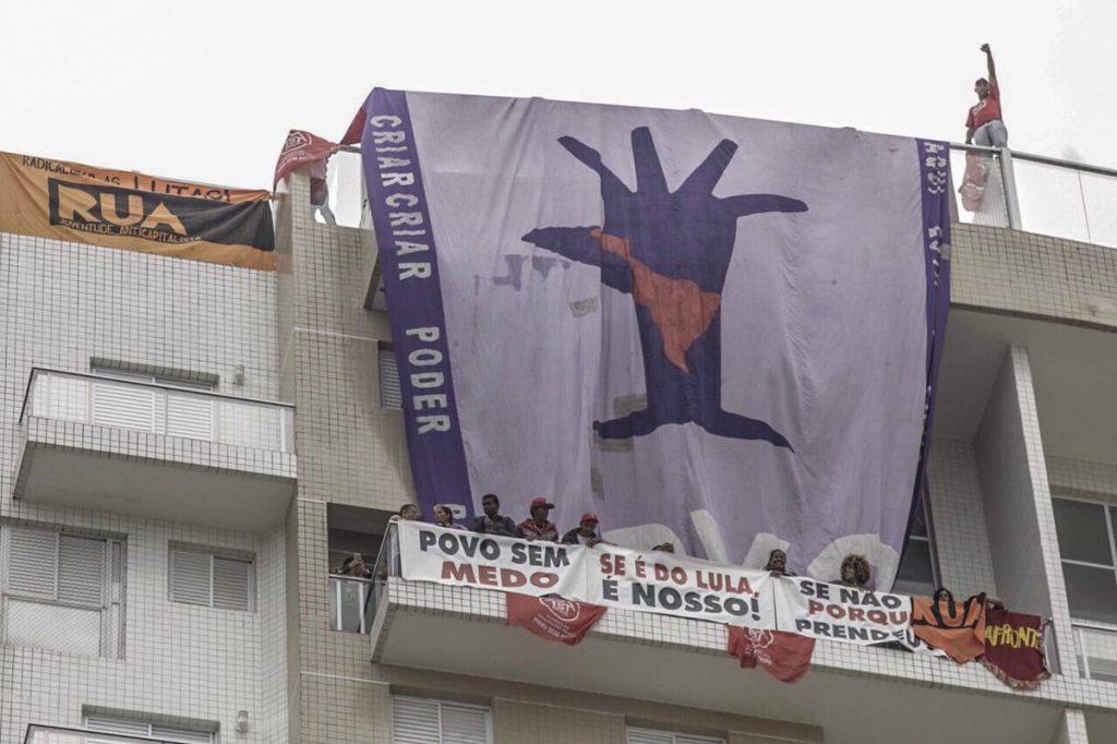 Sem-teto invadem tríplex em Guarujá em protesto contra prisão de Lula