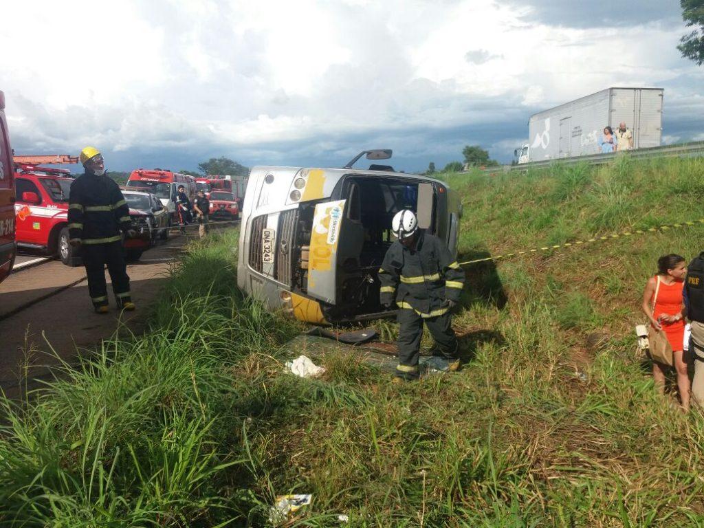 Acidente com van deixa três mortos e vários feridos na BR-060, em Guapó