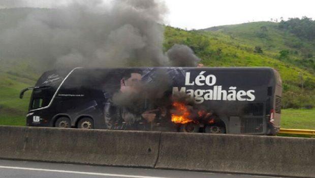 Ônibus do cantor Léo Magalhães pegou fogo após ser apreendido, em São Paulo