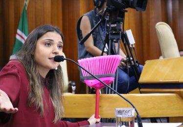 Vereadora leva vassoura para plenário em protesto contra o prefeito Iris Rezende