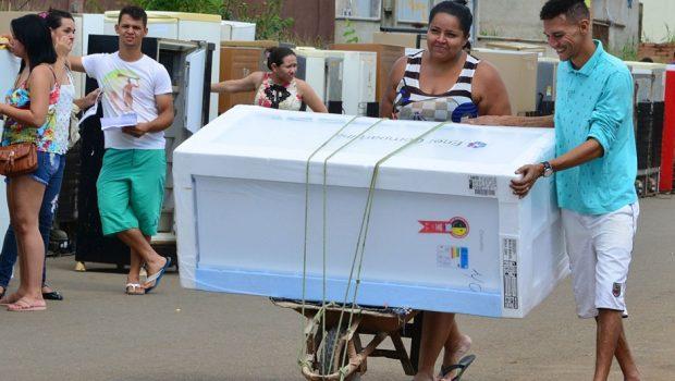 Enel realiza troca de geladeiras no Setor Estrela Dalva, em Aparecida de Goiânia