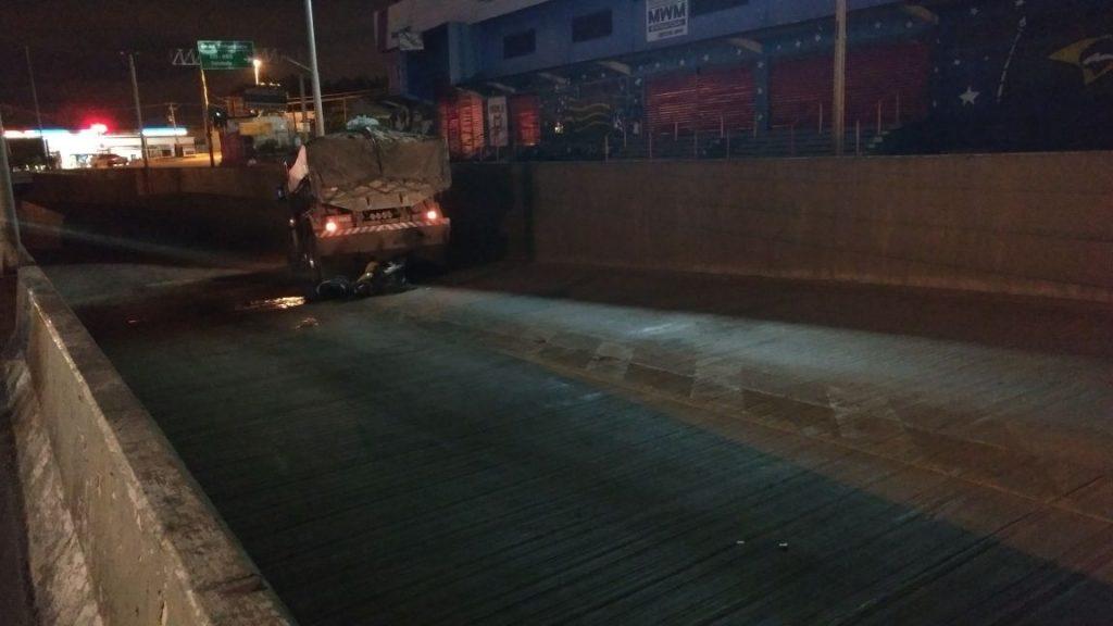 Motociclista morre após bater em caminhão em viaduto da GO-060, em Goiânia