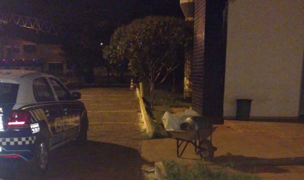 Homem é preso após furtar cemitério, em Goiânia