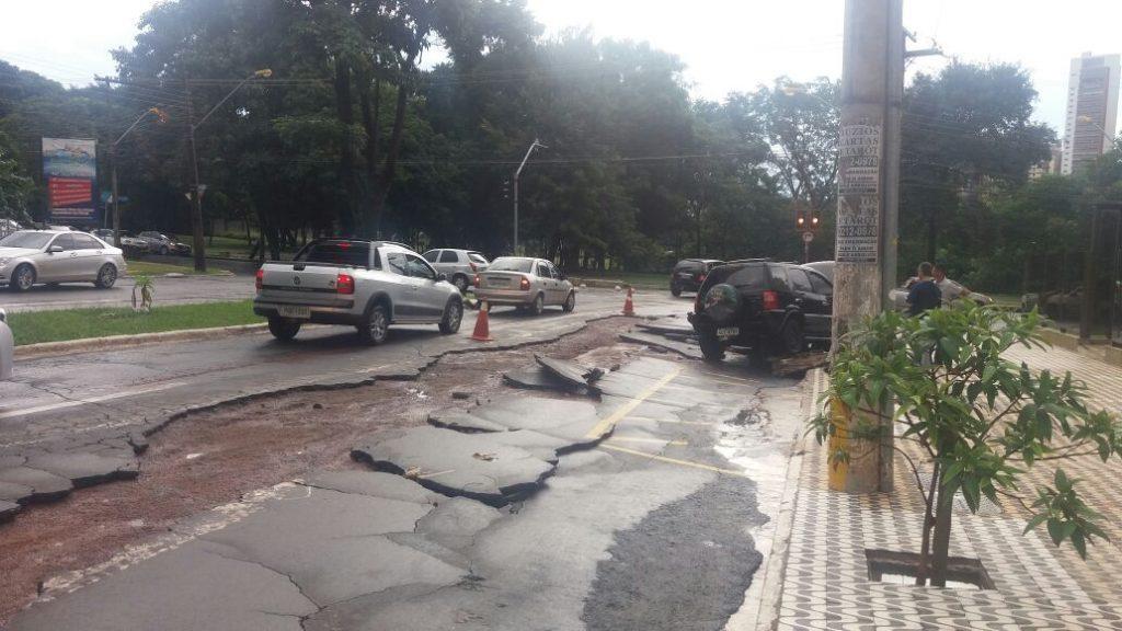 Chuva causa estragos na Avenida Portugal e Marginal Botafogo, em Goiânia