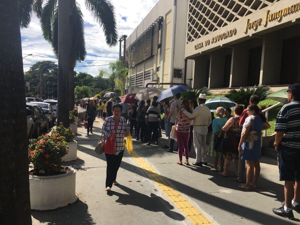 Vacinação contra H1N1 começa com longas filas em postos de saúdes de Goiânia